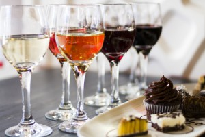 Bei einer Verkostung von Wein und Schokolade dabei sein