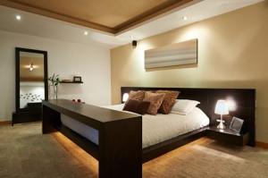 Gemütliches Schlafzimmer in weiß und braun